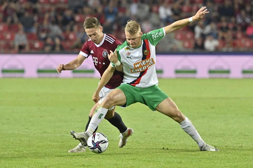 Marco Grüll (r.) was in veertien wedstrijden al goed voor zeven goals en twee assists.