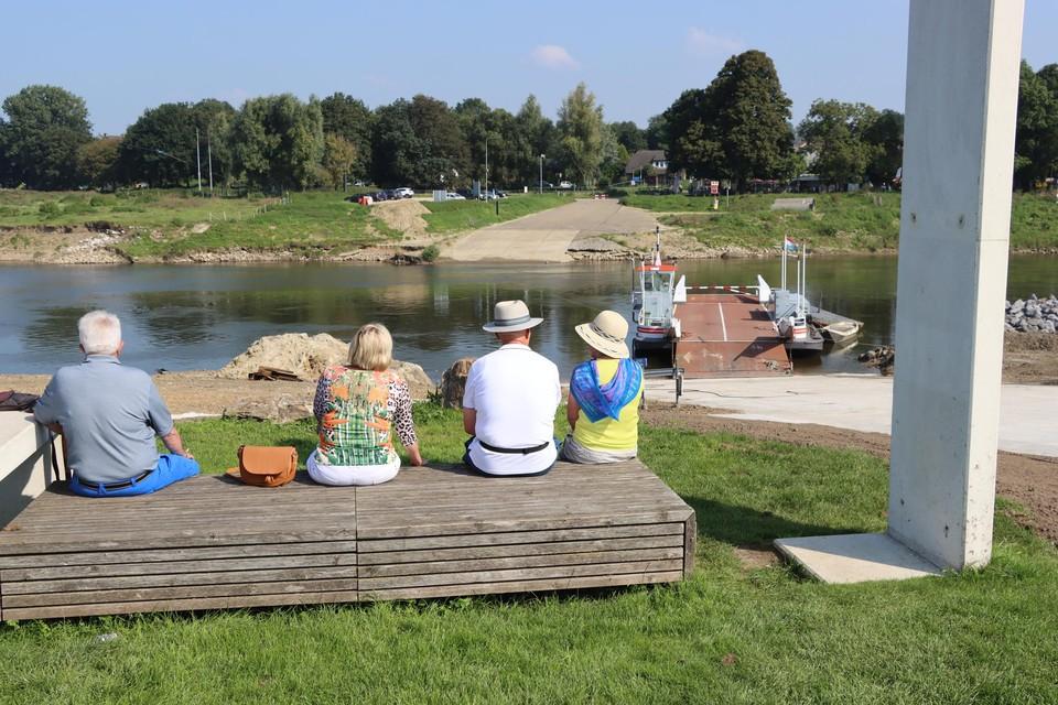 Het autoveerpont ligt klaar in Meeswijk om vanaf morgen, maandag 6 september, weer auto's en fietsers over de Maas te brengen.