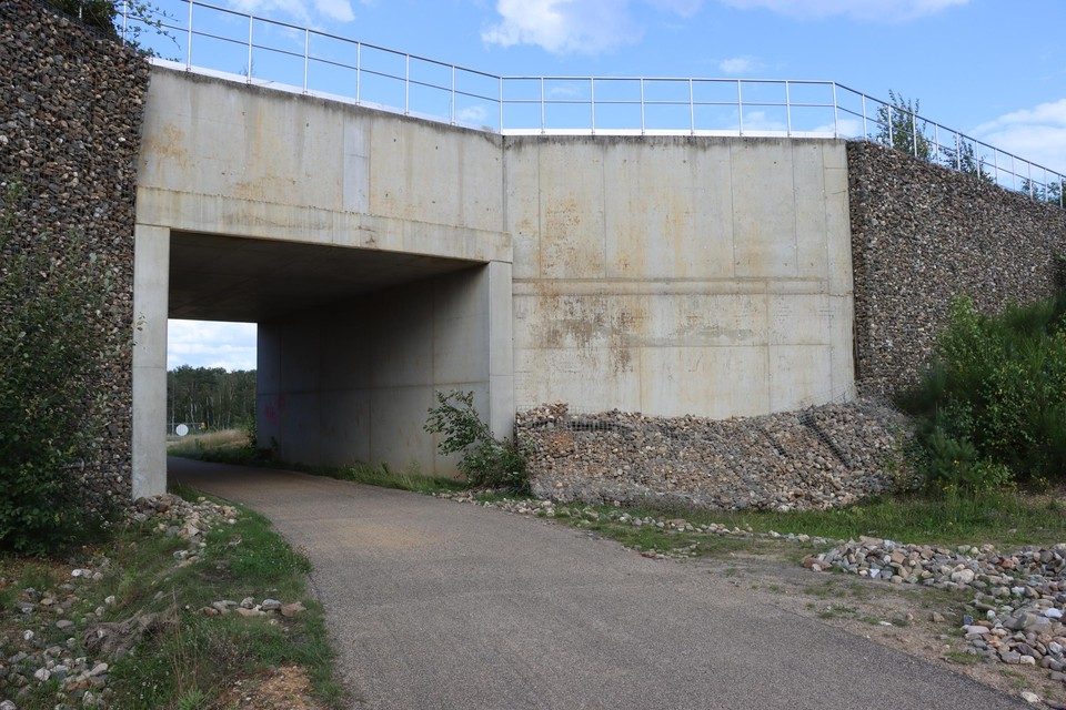 De schanskorven met stenen, als wandversiering, zijn van twee muren van de brug gevallen.