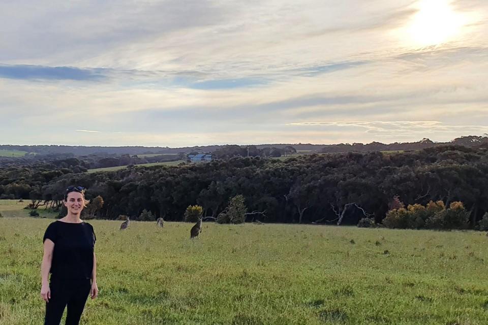 Evie niet ver van huis, bij Bells Beach, een heel bekend surfstrand in Australië. En wat ziet u op de achtergrond? Kangoeroes.