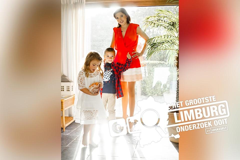 """Annouck koos zelf voor deze foto met haar twee kinderen Fleur en Lucas uit 2017: """"Ik wil dat de mensen me herinneren als Annouck en niet alleen als de mama met mucoviscidose."""""""