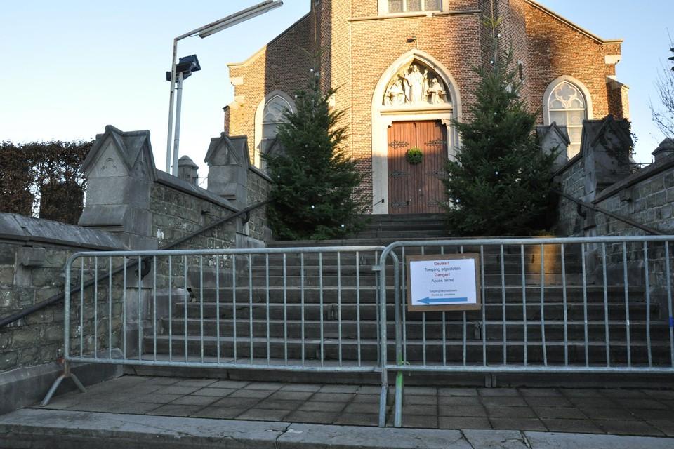 De hoofdingang van de Sint-Pieterskerk in niet toegankelijk wegens steenval.