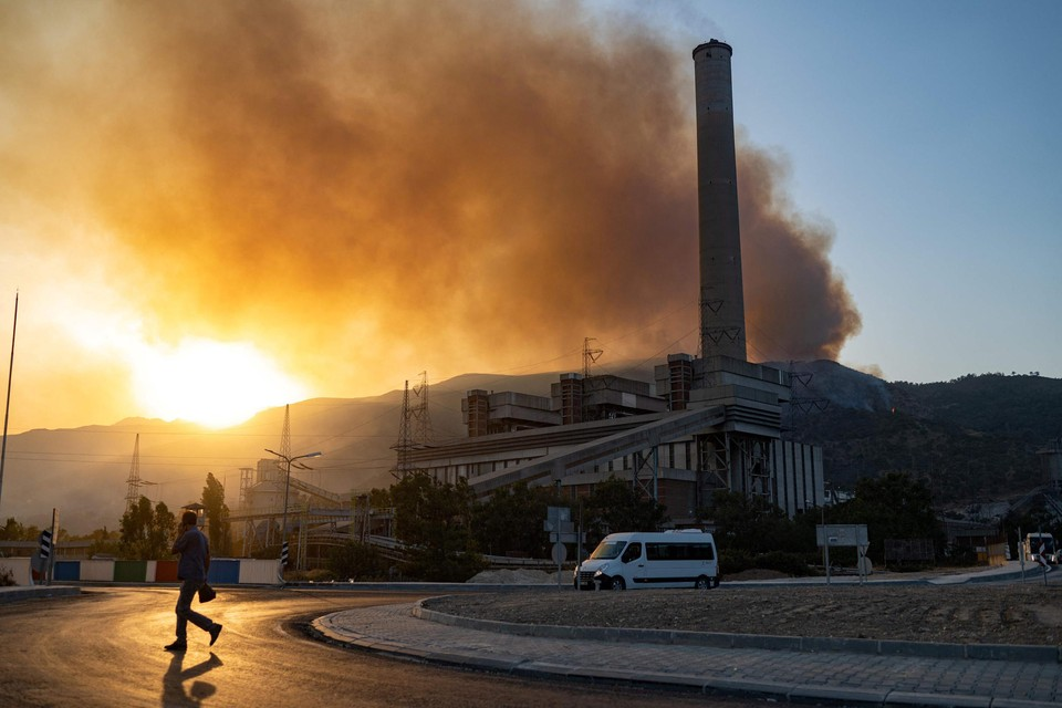 Er werd gevreesd dat de vlammen ook de elektriciteitscentrale zouden bereiken.