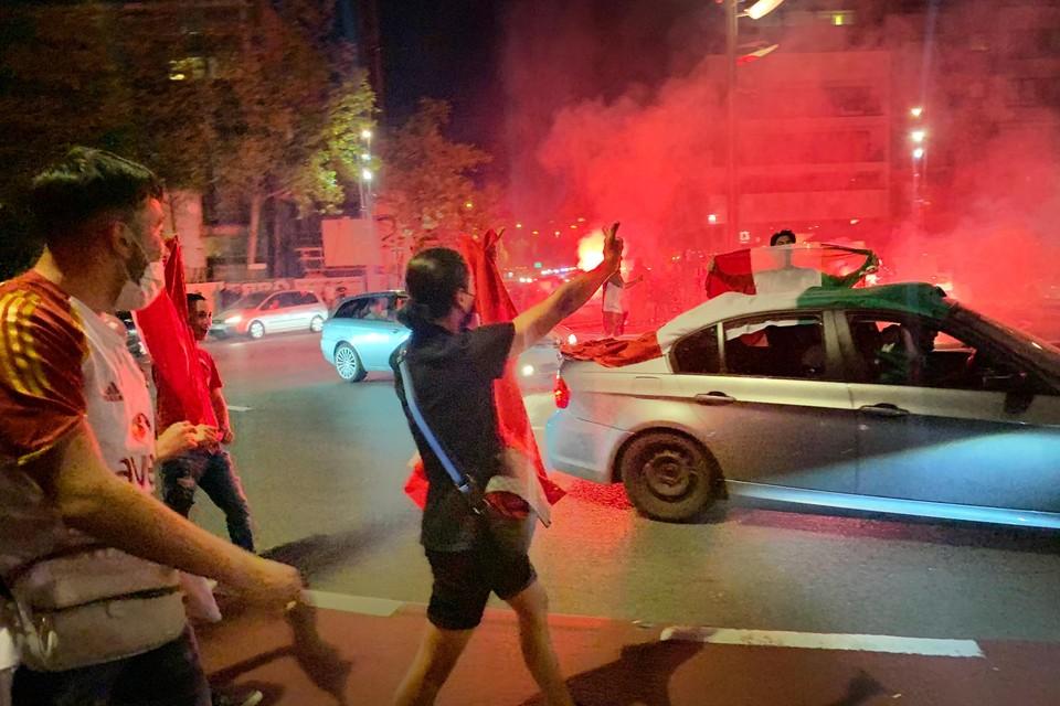 Turkse en Italiaanse supporters daagden elkaar uit maar zowel politie als supporters konden harde confrontaties voorkomen.