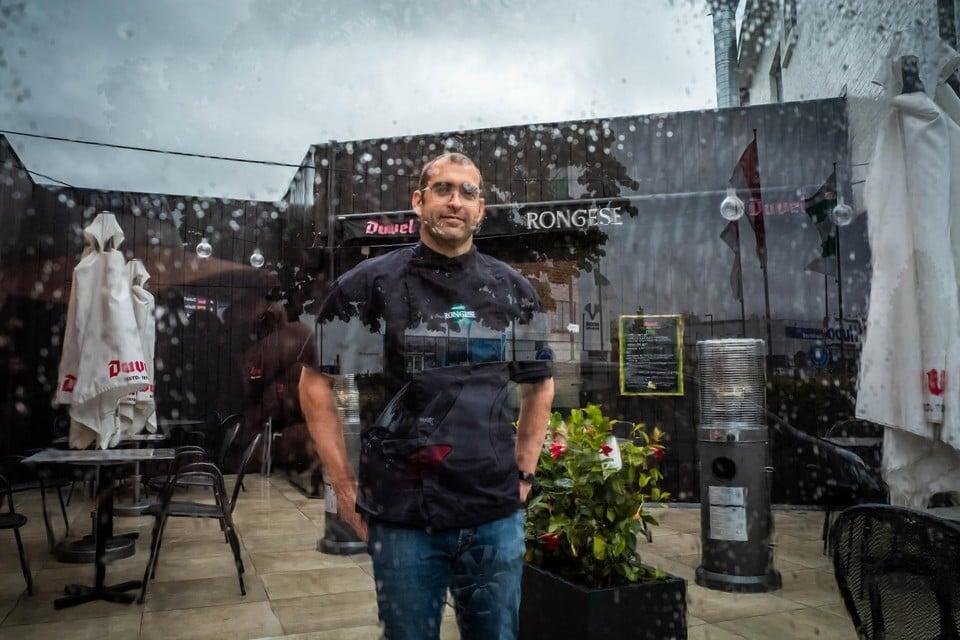 """Brasserie Rongese in Runkst sloot afgelopen weekend het terras. """"We hebben geen overdekt terras. Dus als het hard regent, wordt alles kletsnat"""", zegt eigenaar Peter Merken."""