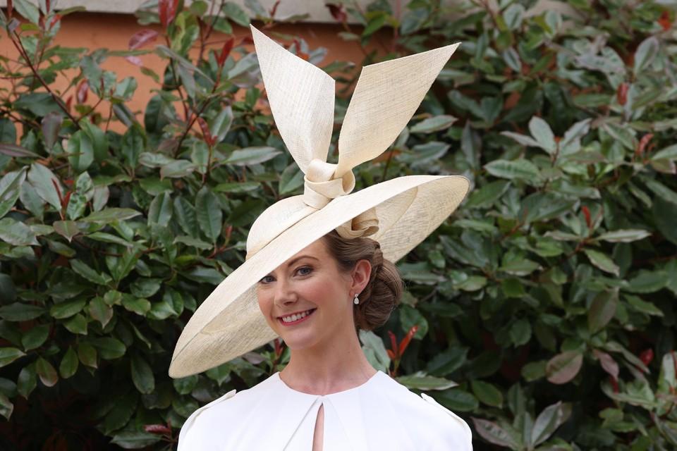 Een serene hoed, maar dan wel met een heel strakke strik als accent.