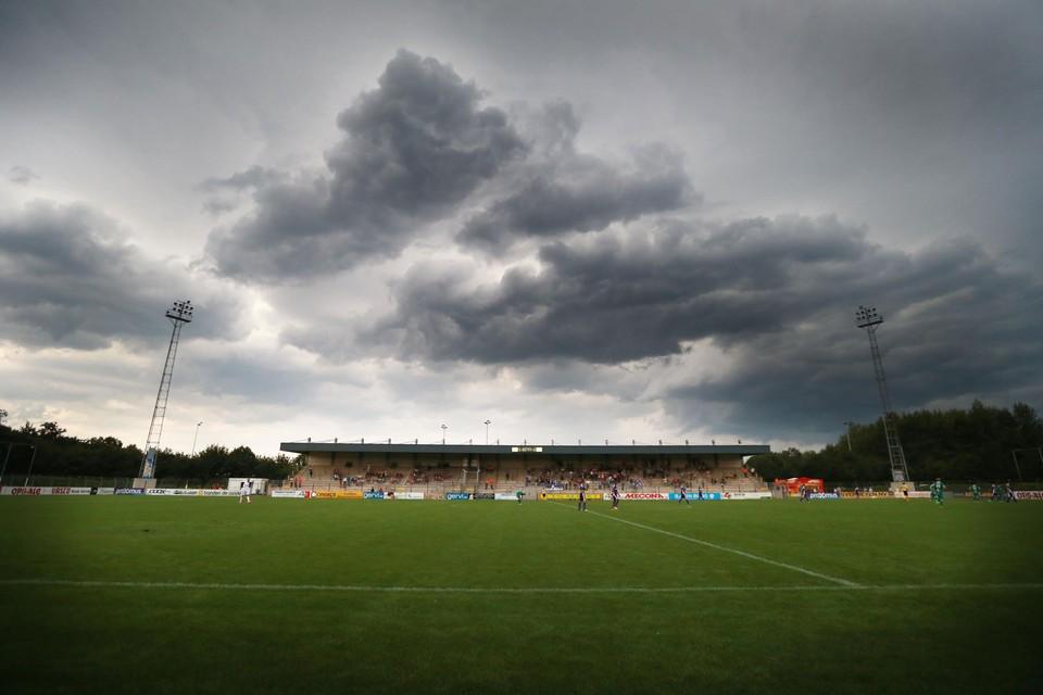 Donkere wolken boven Patro Maasmechelen.