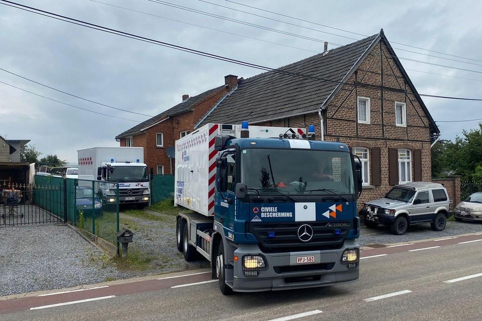 Meerdere vrachtwagen van de civiele bescherming kwamen om de grote hoeveelheid wietplanten op te ruimen.