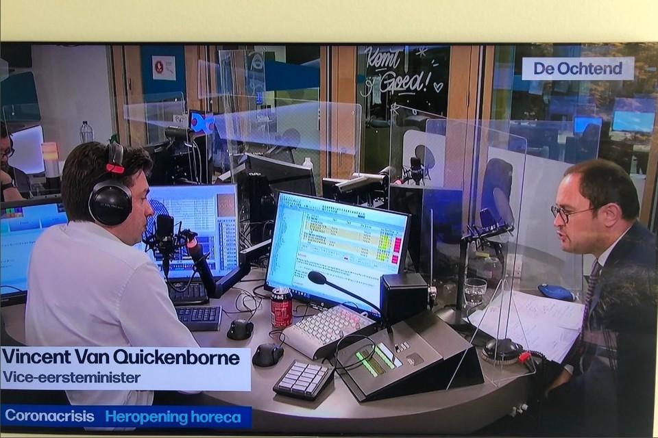 """""""Bij plexiglas is het risico op besmetting te groot"""", zegt minister Vincent  Van Quickenborne op Radio 1, afgescheiden van presentator Michaël Van Droogenbroeck door… plexiglas."""
