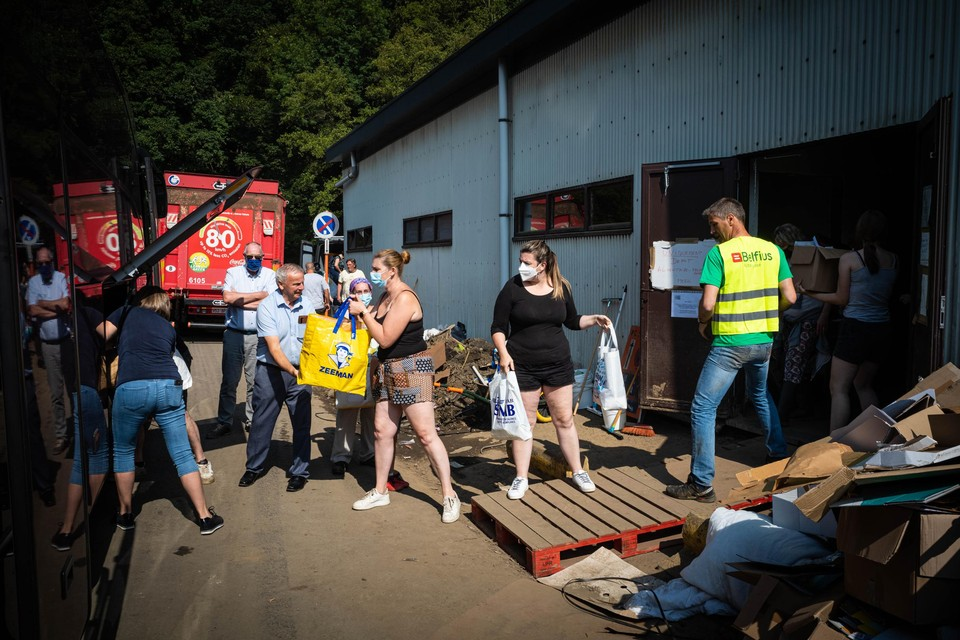 Via een mensenketting werden de hulpgoederen van de Genkse vrijwilligers snel overgebracht naar de sporthal in Pepinster.