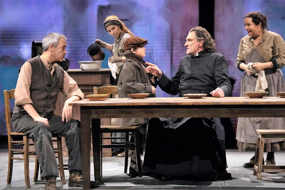 Peter Van De Velde (in de soutane) krijgt binnenkort twee nieuwe acteurs naast zich in de musical .