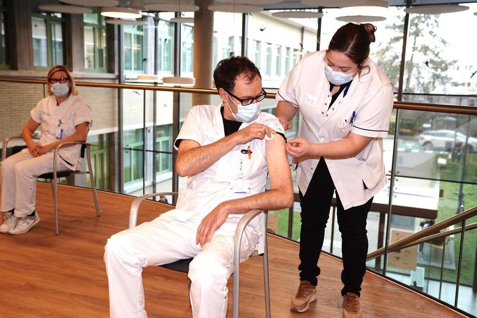 Amper zes procent van het zorgpersoneel weigert een vaccinatie om niet-medische redenen.