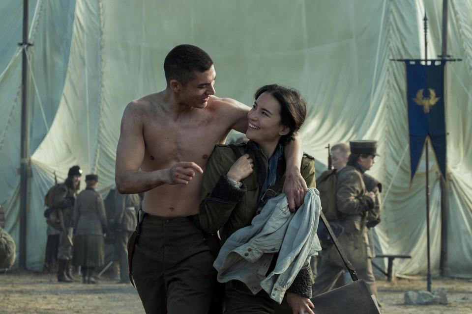 Mal (Archie Renaux) en Alina (Jessie Mei Li): vrienden uit het weeshuis, vrienden in het leger. Tot Alina speciale krachten blijkt te hebben.
