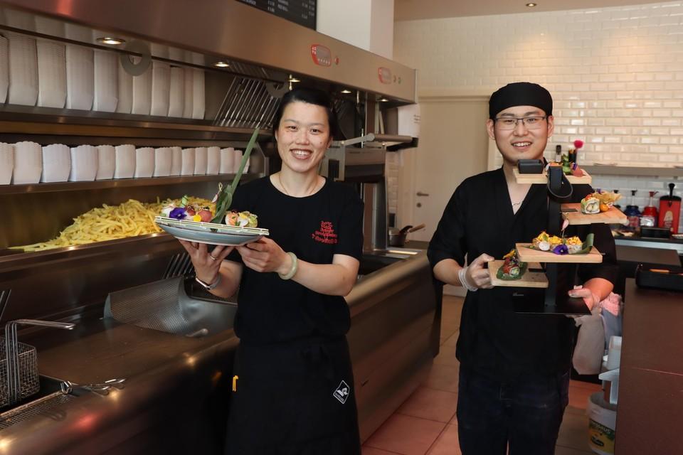 Feifei Zhao en Jian Wang presenteren hun nieuw gerecht: friet en sushi.