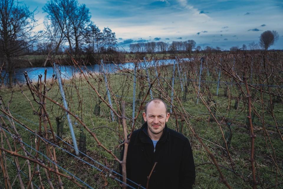 Johan Jacobs in zijn wijngaard langs de Oude Maas.