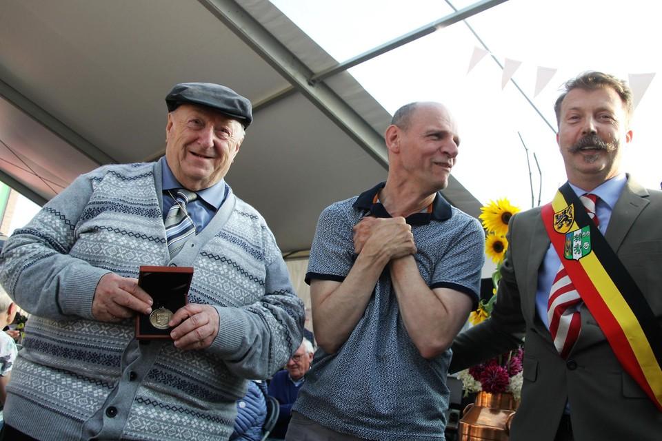 EH.Gerard Vinken ontving de bronzen medaille van verdienste uit handen van burgemeester Stijn Van Baelen.
