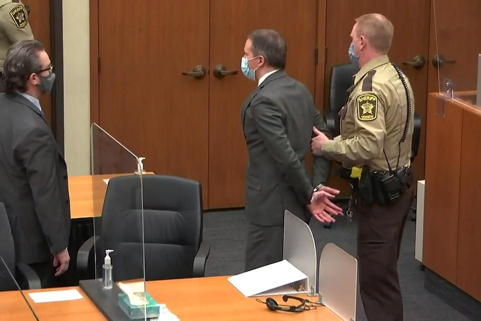 Derek Chauvin werd meteen na de uitspraak in hechtenis genomen.