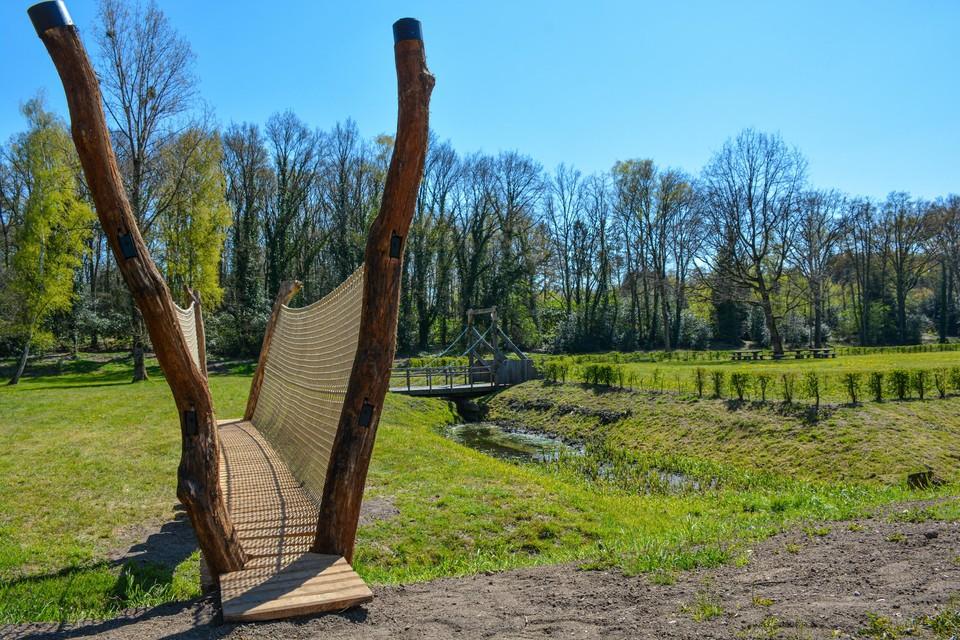 De zes meter lange brug over de Zutendaalbeek zorgt voor een verbinding met de zowat vierhonderd jaar oude schans.