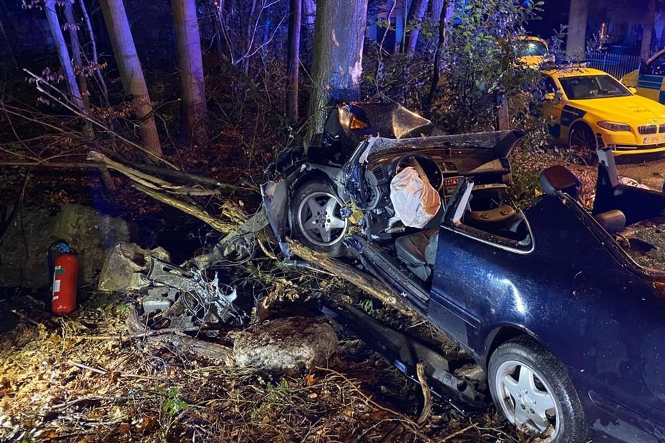 Om de vrouw uit het wrak te bevrijden, hebben brandweermannen het dak van de auto gehaald.