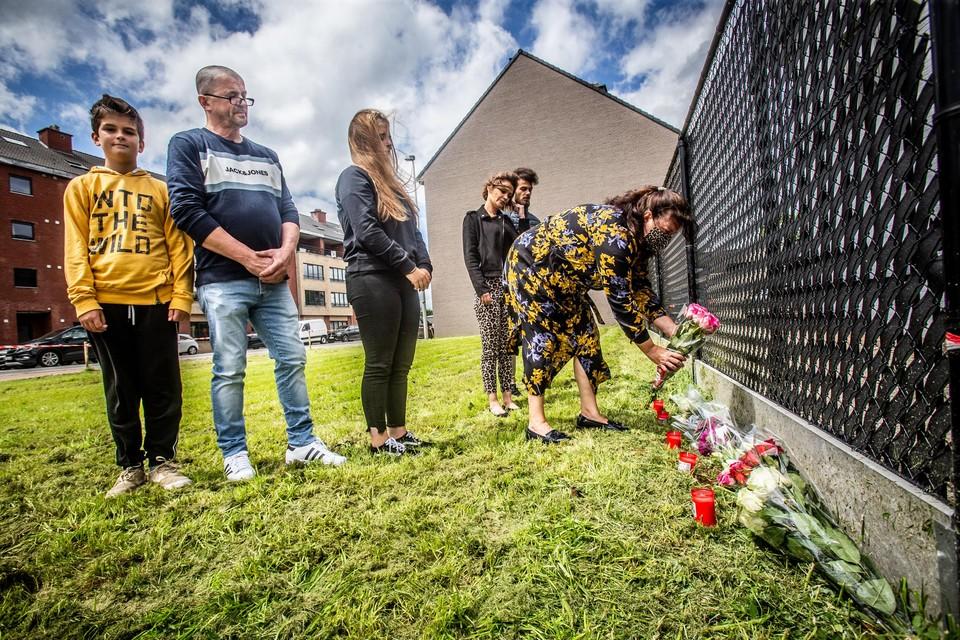 Familie en vrienden van slachtoffer Cassandra Dupont(18) legden voor het tweede jaar op rij bloemen.