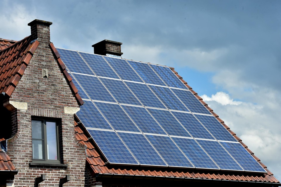Al meer dan 53.000 Vlaamse gezinnen met zonnepanelen en een digitale teller hebben een compensatiepremie aangevraagd.