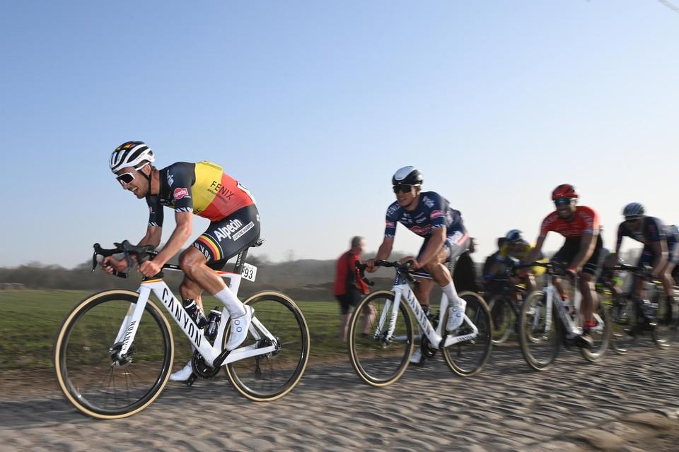 Capiot (rood shirt) bijt zich vast in het wiel van twee renners van Alpecin-Fenix.