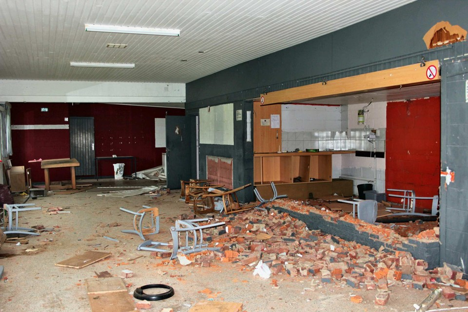 De bakstenen toog waar lokale voetbalcommentatoren het hoge woord voerden is tot op de grond afgebroken