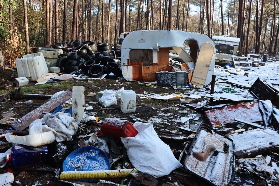 Rond de vier verlaten caravans is het terrein herschapen in een enorme vuilnisbelt.