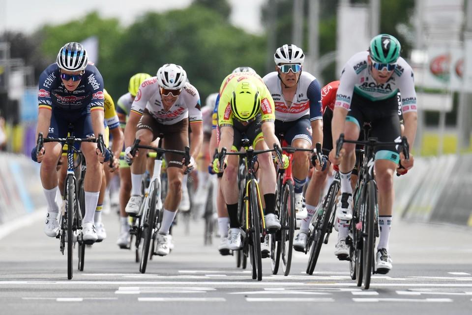 Jordi Meeus (rechts) wint de sprint voor de vierde plaats voor Milan Menten en Tim Merlier.