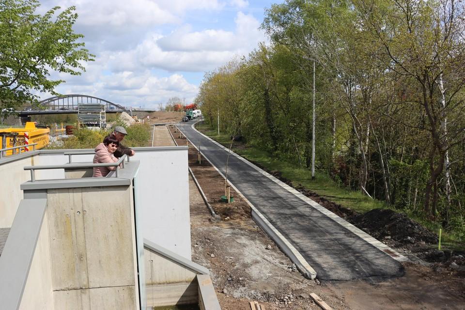 Eisden-Dorp krijgt straks drie nieuwe fietspaden naar de nieuwe fietsbrug over de Zuid-Willemsvaart. Door de werken ontstaan er nieuwe panorama's om van te genieten.