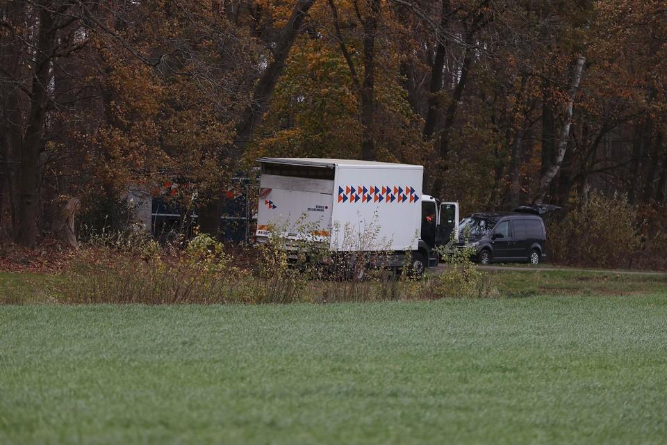 De civiele bescherming heeft zaterdagnamiddag de verdachte vaten opgehaald.