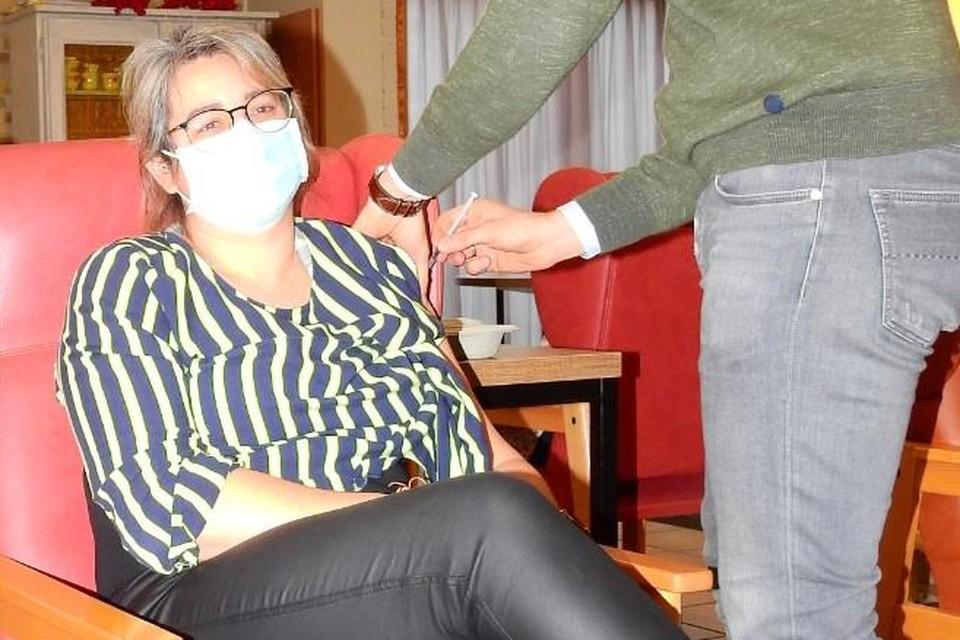 Ook directeur Elke Didden kreeg een prik.