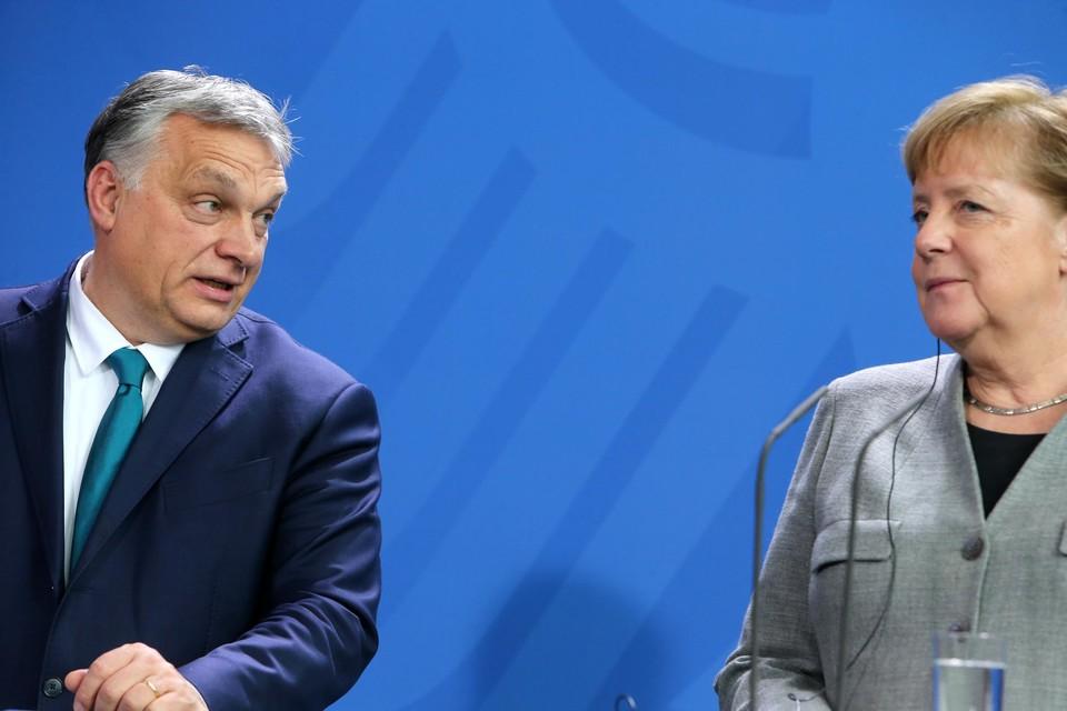 Viktor Orban en Angela Merkel.