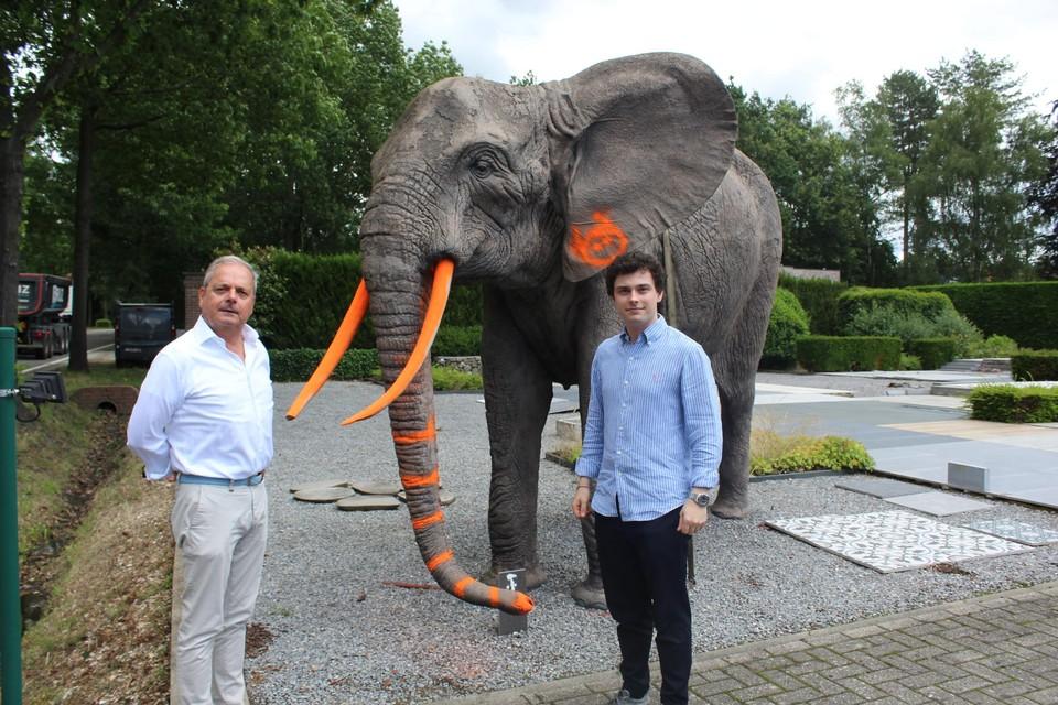 Eigenaars Peter en Arthur van Tegeldecor hopen dat ze hun beroemde olifant nog kunnen herstellen