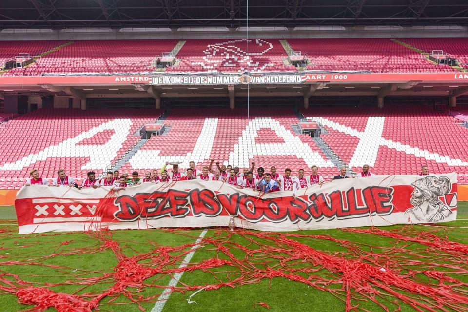 Ajax vierde de titel in een leeg stadion.
