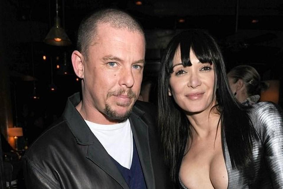 Alexander McQueen hier met model Annabelle Neilson, die stierf in 2018.