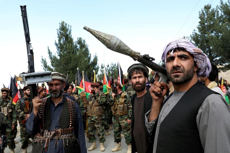 Enkele Afghaanse mannen die de strijd tegen de Taliban verderzetten.  De foto dateert van 23 juni.