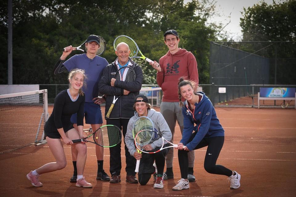 """Robert Devries (76) geeft nog altijd tennisles: """"Zo lang ik mij nuttig voel, blijf ik dit doen."""""""