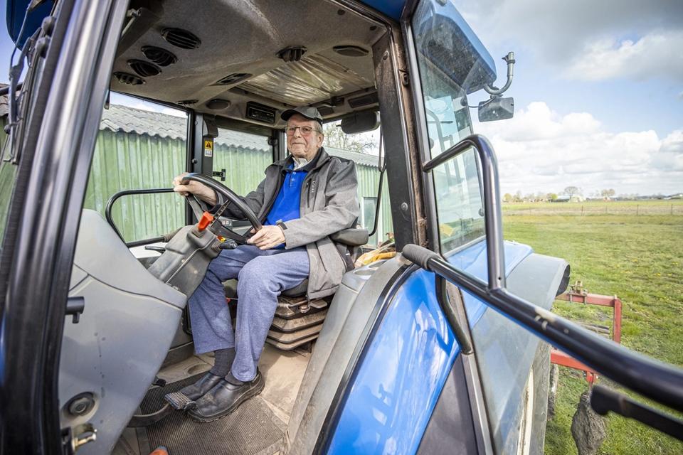Ger Achten kan inmiddels zijn land alweer bewerken met de tractor.