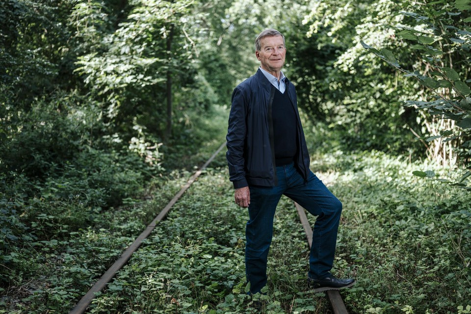Johan Sauwens op het tracé van de tram op het vroegere treinspoor.
