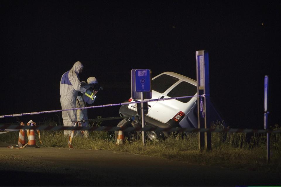 Een forensisch team onderzoekt de gedumpte Citroën, met daarin de drie slachtoffers van de dodelijke confrontatie tussen Outlaws en Hells Angels.