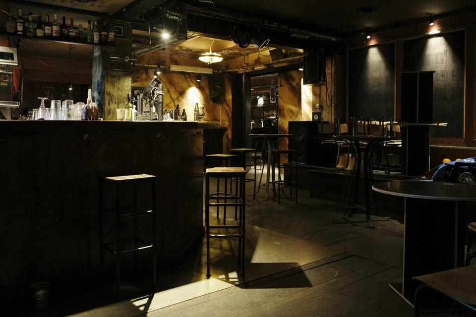 De Charlatan is een soort mix van café, concert- en danszaal; nu is het er kil en hangt er een muffe geur.