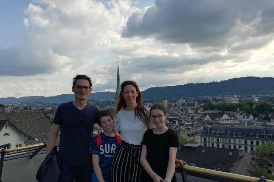 Patrick, Wendy en de kinderen Jonesy en Zoë in Zürich. Ze wonen in een randgemeente van de Zwitserse stad.