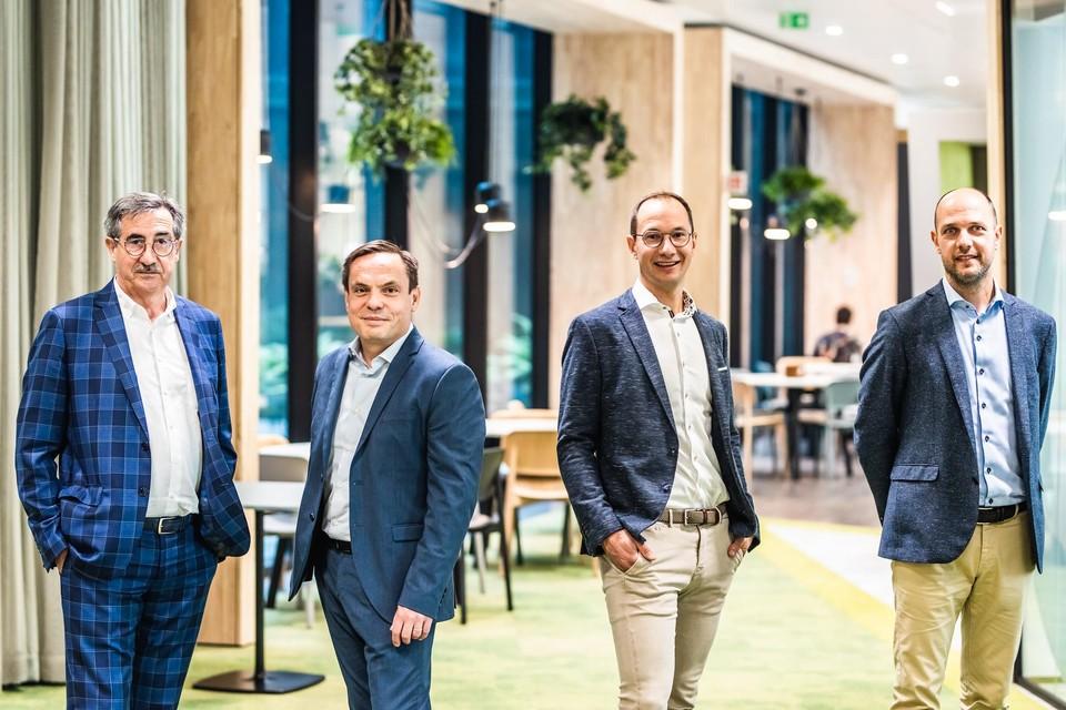 Eigenaar André Knaepen en CEO Stijn Bijnens van Cegeka (links), met de broers Jan en Geert Schuer van Smartschool.