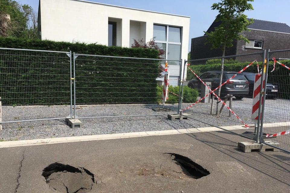 Eerst waren er een gapende opening en enkele scheuren in het asfalt, daarna verergerde de situatie.
