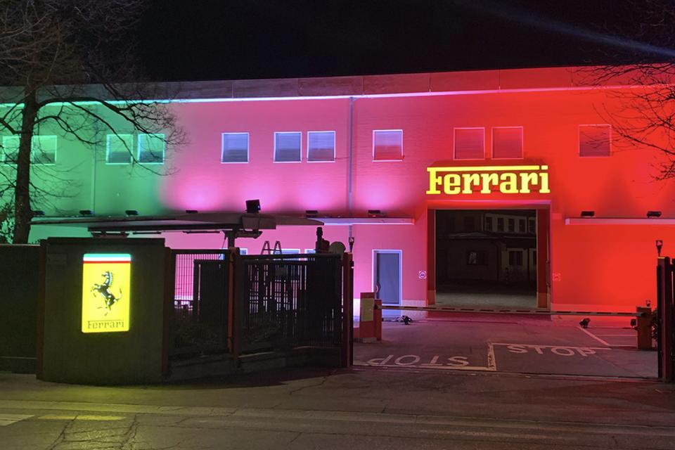 De fabriek van Ferrari gehuld in de kleuren van de Italiaanse vlag