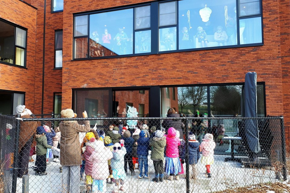 De kleuters Kers & Pit Heers gingen onlangs in carnavalsoutfit op raambezoek in woonzorgcentrum Berkenhof in Heers.