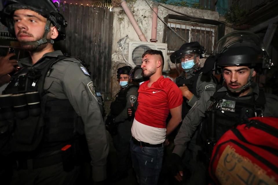 De Israëlische politie houdt een Palestijnse betoger aan bij protesten tegen uitzettingen in de wijk Sheikh Jarrah.