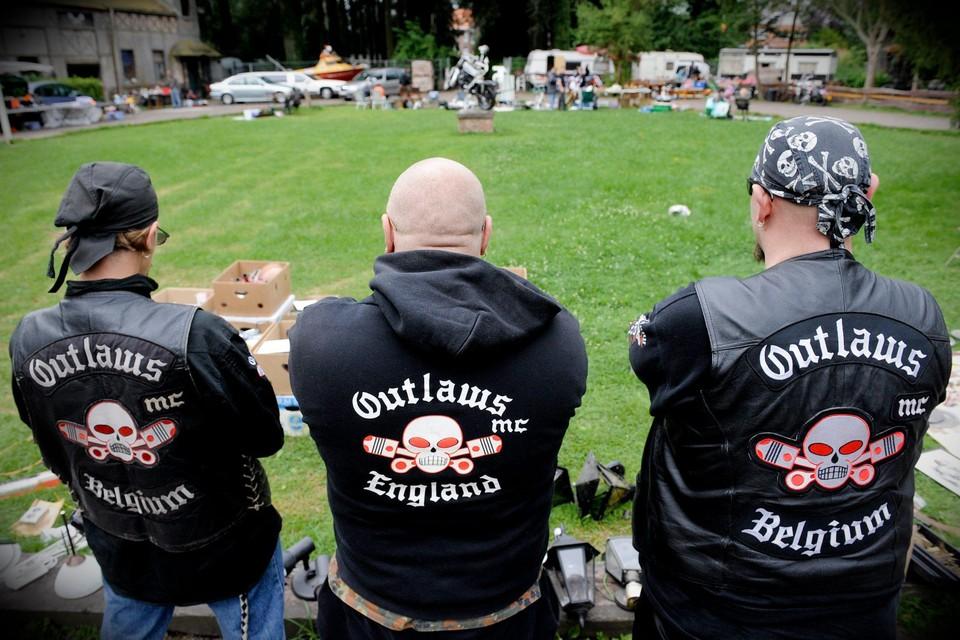 Een motorbende die een voetbalclub infiltreert om de kantine te gebruiken voor verdoken clubactiviteiten. Het is maar één van de vele voorbeelden van criminele weldoeners.