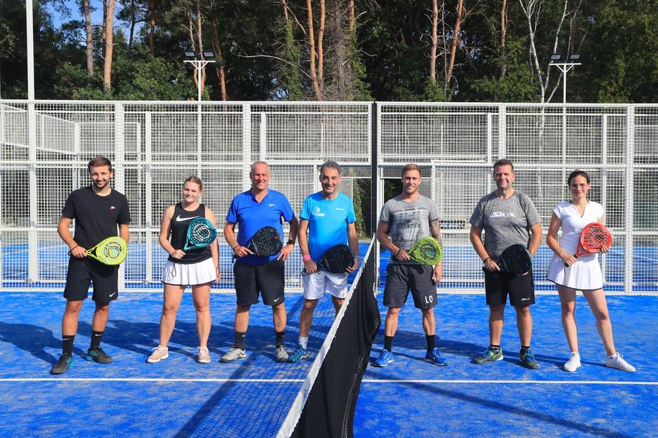 Dieter, Michelle, Jochen en Nina krijgen een spoedcursus padel van drie toptrainers.